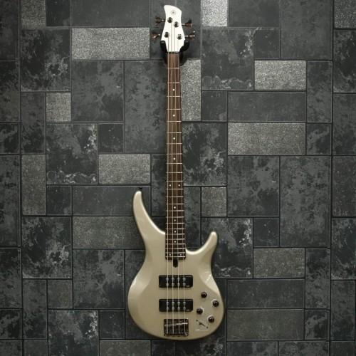 Chitara bass Yamaha TRBX 304 PWT, 4 corzi, 24 taste, corp mahon, tastiera palisandru, scala 864, 2 doze Yamaha